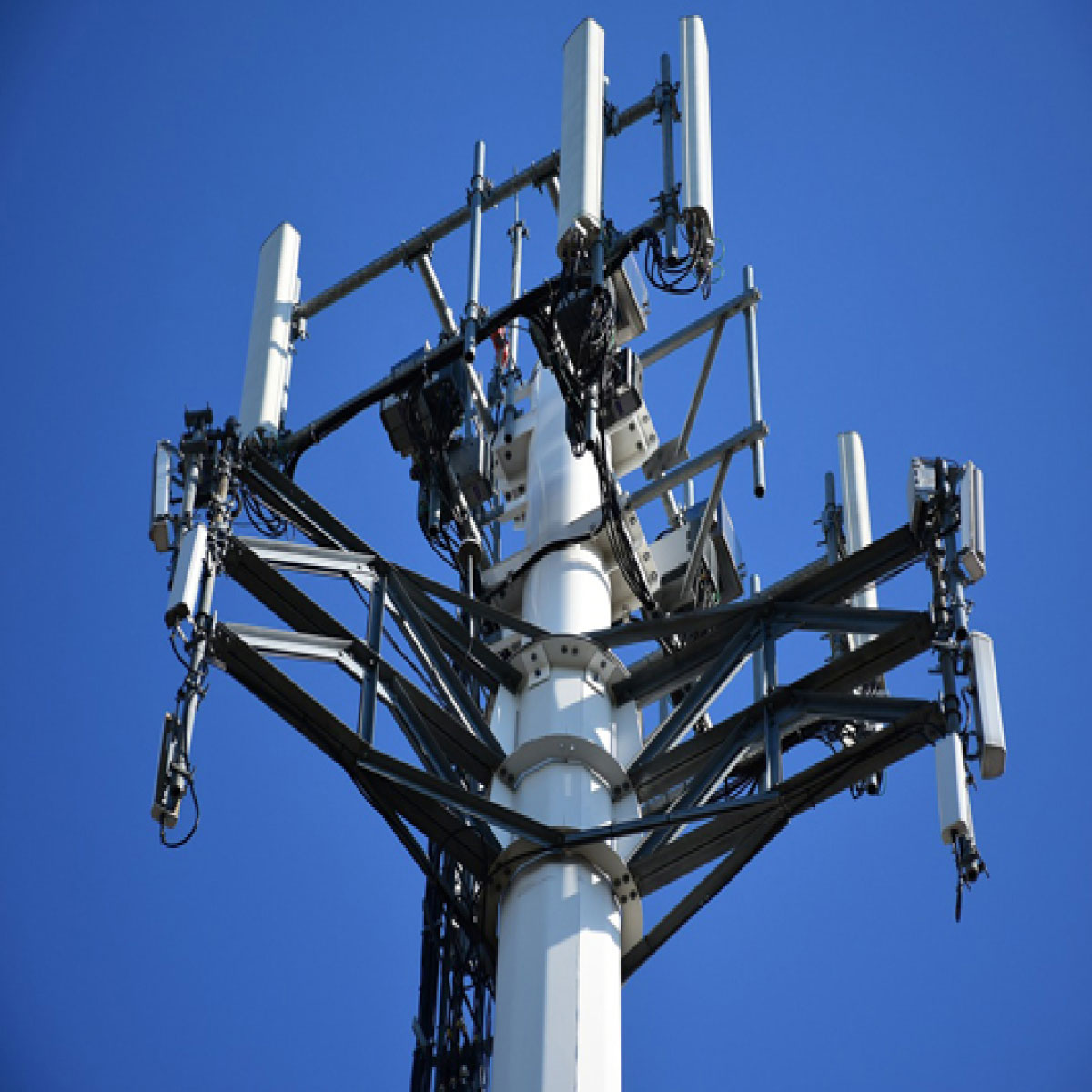 Multi Band MIMO Antenna Design for 4G and 5G Mobile Terminals